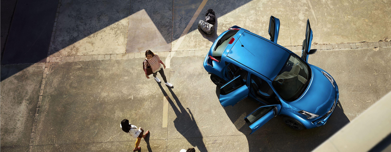 Новий Nissan JUKE, вид зверху з відчиненими дверима